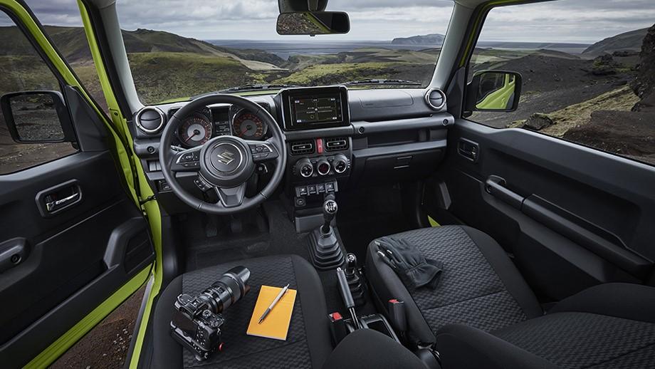 Лаконичный и удобный салон Suzuki Jimny четвертого поколения