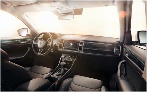 Интуитивно понятное расположение приборов и органов управления для водителя и пассажиров